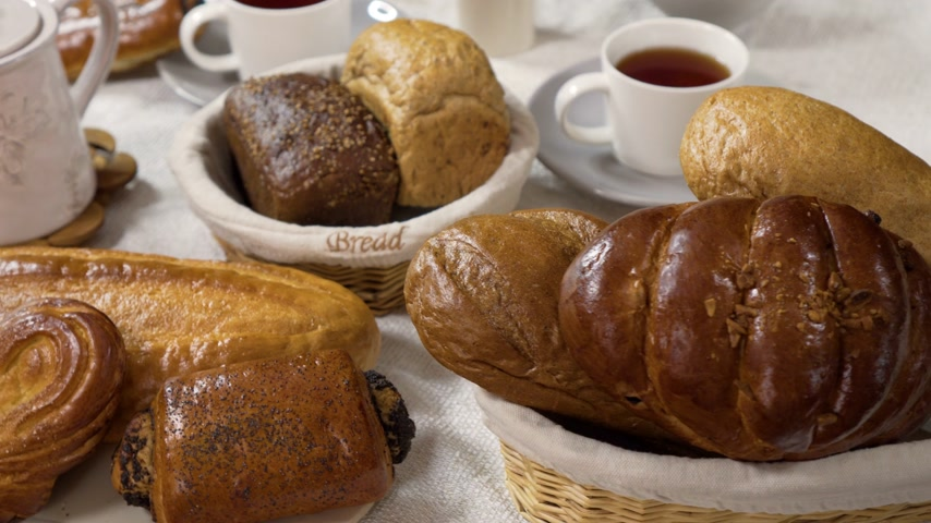 besinler : 4K. varieties fresh homemade baked breads on table