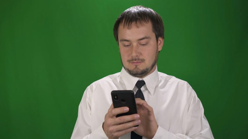 executivo : Handsome Businessman Chatting on his Smartphone. Green Screen Stock Footage