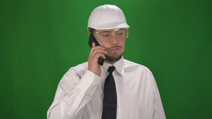 fidedigno : Portrait of Business Worker Man in the white helmet. Green Screen Background Stock Footage
