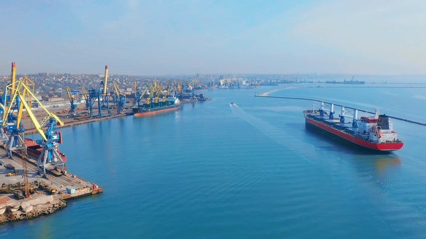 верфь : Aerial top view 4K of cargo ship in import export business logistic and transportation of international by cargo ship in the sea. Стоковые видеозаписи