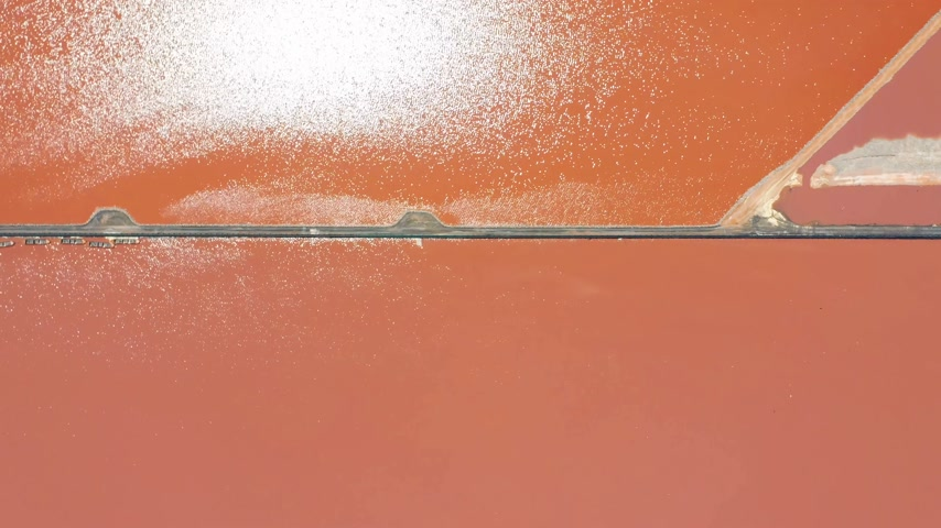 добыча : Aerial view. Salt sea water evaporation ponds with pink colour.