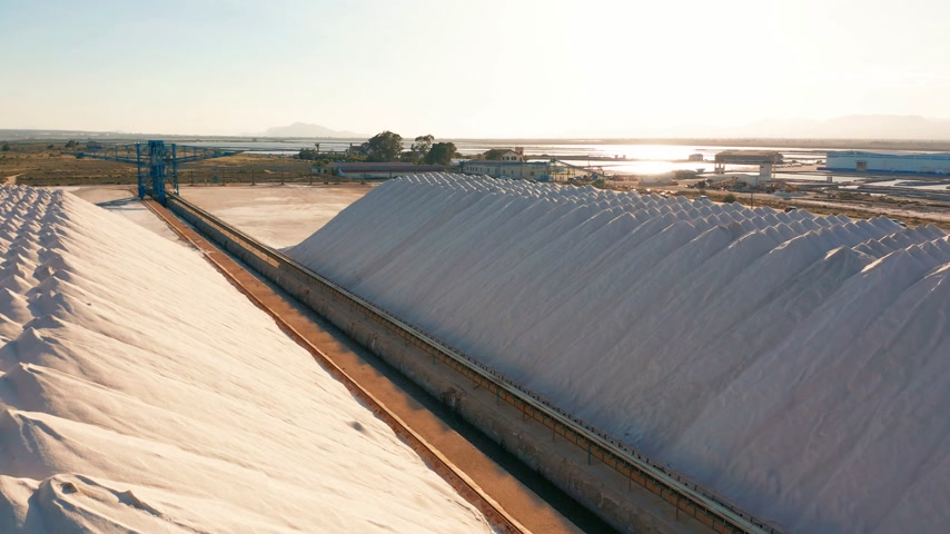 besinler : Aerial view of industrial extraction of salt in the desert, pile of salt.