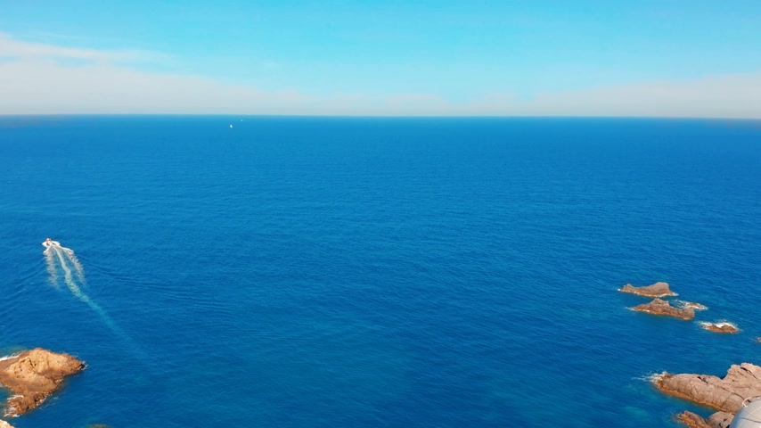 gyrophare : Aerial view of a lighthouse named Faro Cabo de Palos located on the top of a cliff with a beautiful view. Spain. Vidéos Libres De Droits