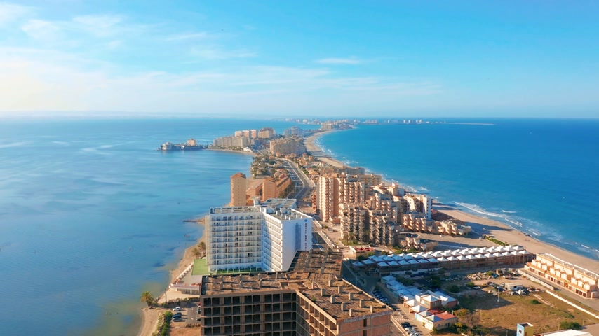 плевать : Aerial view. Panoramic view of streets, roads and buildings foreland La Manga del Mar Menor, Cartagena, Murcia, Spain. Стоковые видеозаписи