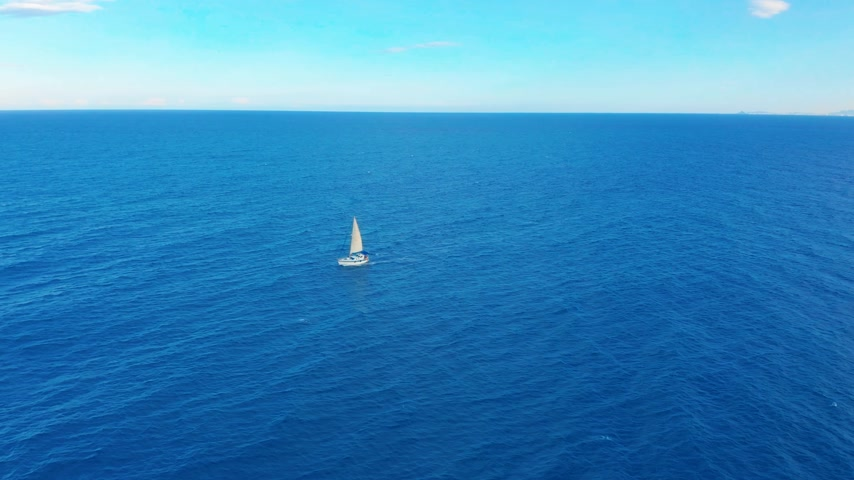 abriu : Yacht sailing on opened sea. Sailing boat. Yacht seen from drone. Yachting, aerial 4k. Vídeos