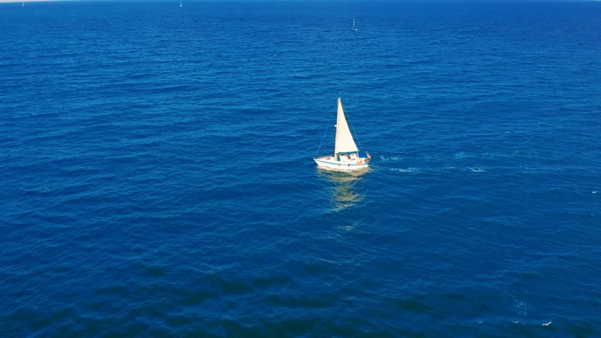 navigovat : Aerial view. Yacht sailing on open sea at sunny day. Sailing boat.
