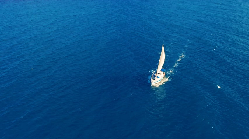 zametání : Aerial view. Yacht sailing on open sea at sunny day. Sailing boat.