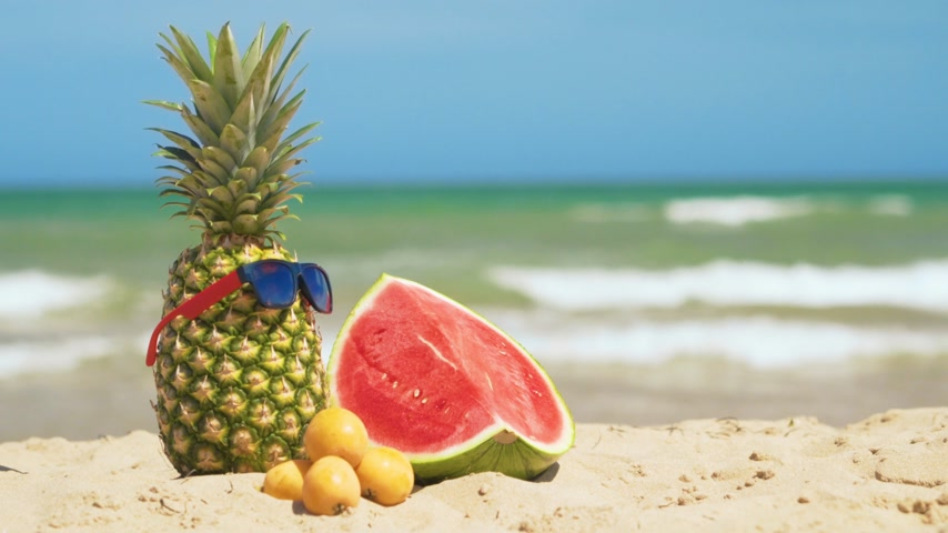 szikrázó : Tropical summer mix fruits with sea background. Stock mozgókép