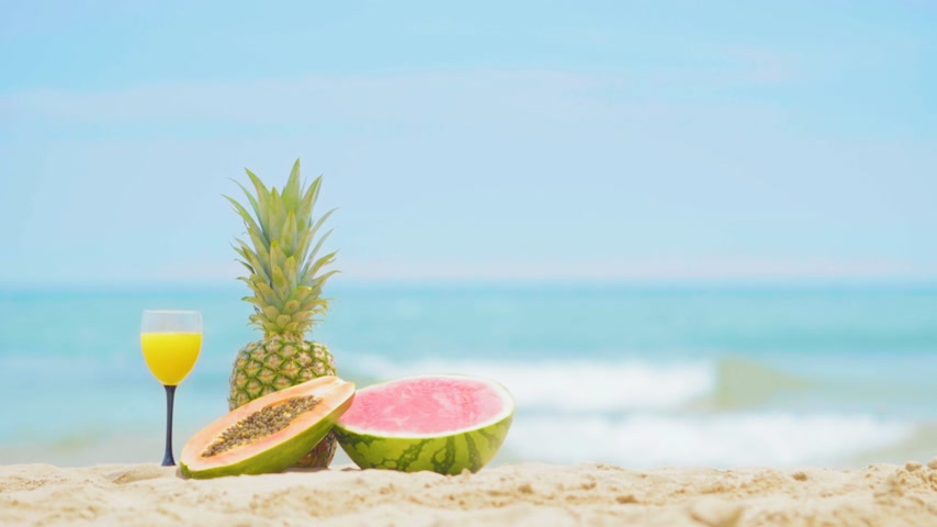 tyrkysový : Fruits on the sea background. Beautiful fruit cocktail drink on beach.