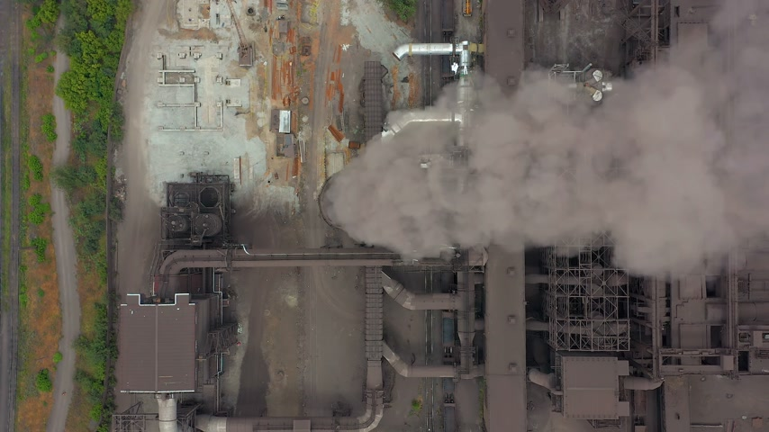 výfuk : Aerial view. Dirty smoke and smog from pipes of steel factory and blast furnaces. Dostupné videozáznamy