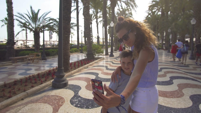 abraços : Mom with son are doing selfie. family photo on the phone.