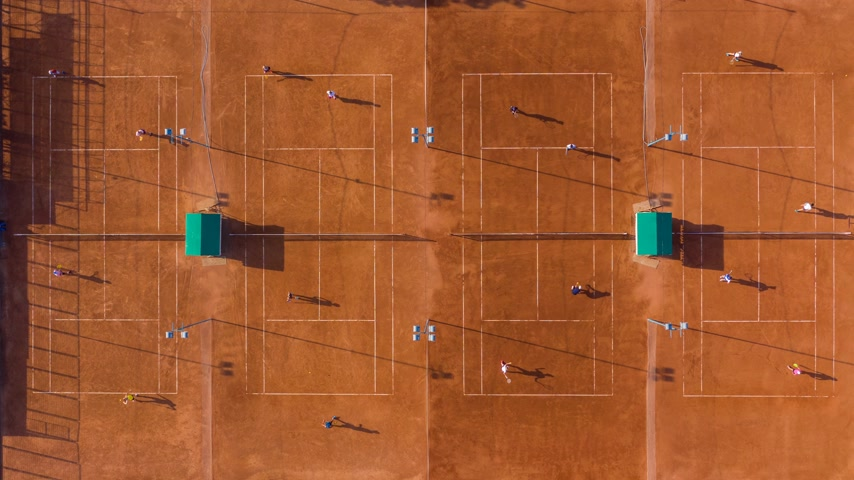 plac zabaw : Top down aerial footage of a tennis match. Time lapse, 4K.