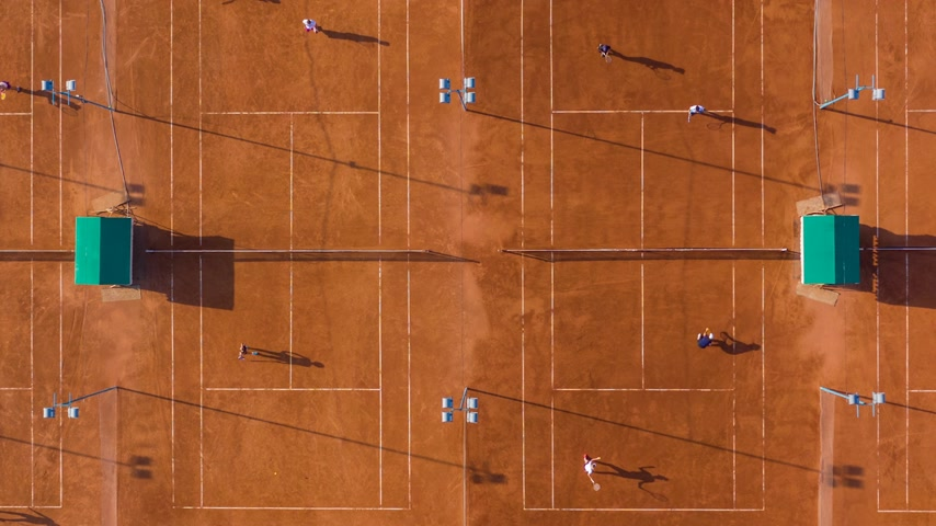 plac zabaw : Top down aerial footage of a tennis match. Gyperlapse, 4K. Wideo