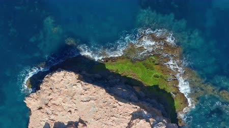 europa : Aerial view. Ocean with waves and rocky cliff. Wideo