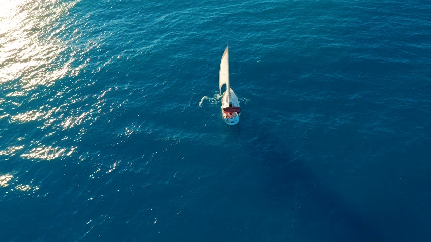 abriu : Aerial view. Yacht sailing on opened sea. Sailing boat. Yacht from above. Yachting at windy day. The Yacht. Sailboat. Vídeos