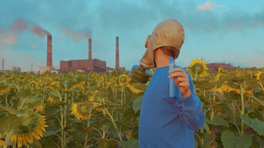 jedovatý : Boy in gas mask, on the background the industrial pipe, closeup. Environmental pollution concept.