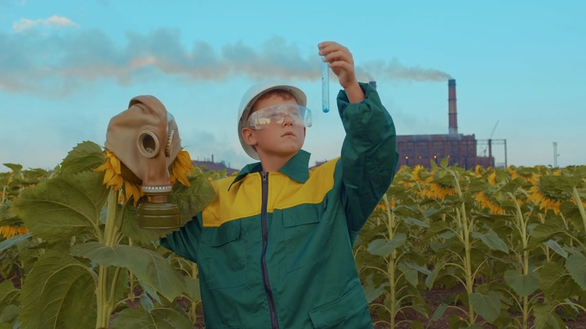 catástrofe : Child in protective mask with the plant sunflower on the background industrial plant. Environmental pollution, ecological disaster. Care for future generations. Vídeos