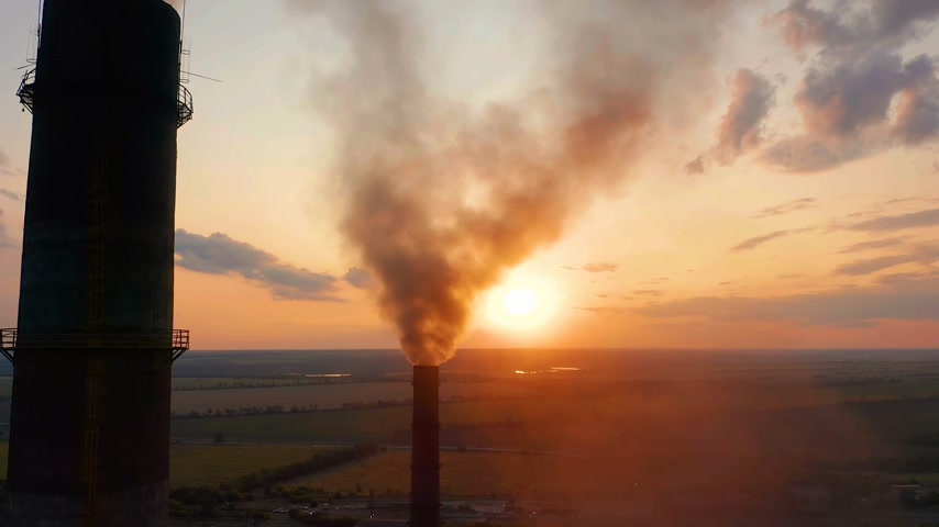 poluir : Aerial view. Industrial pipe pollute the air next to people living in the city. Stock Footage