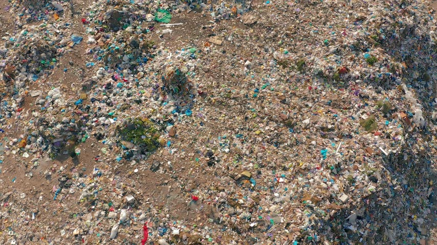 buldozer : Aerial view. Garbage pile in trash dump. Environmental pollution from consumerism household. Stok Video