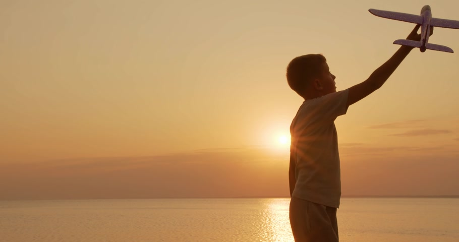 letec : Happy child runs with a toy airplane on a sunset background. Childhood dreams. Dostupné videozáznamy