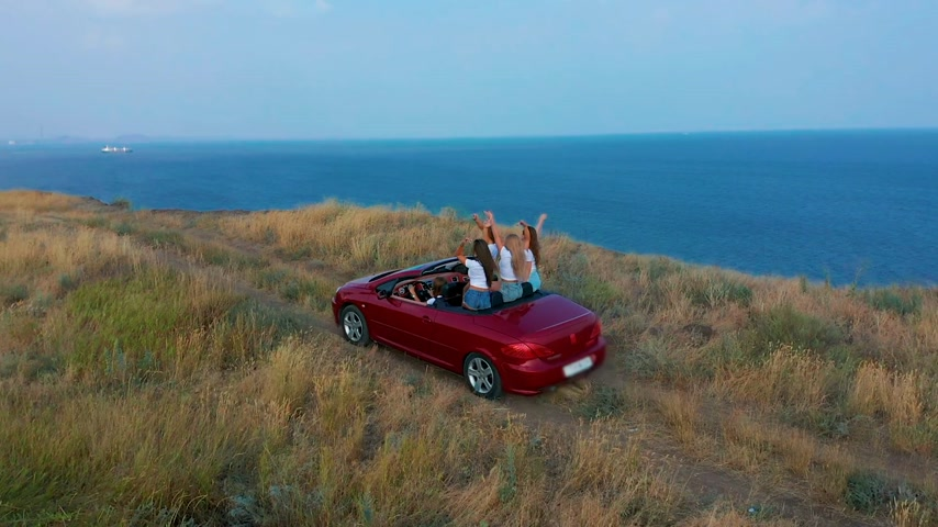 kabriolet : Aerial view. Young women having fun in convertible on the seaside. Wideo