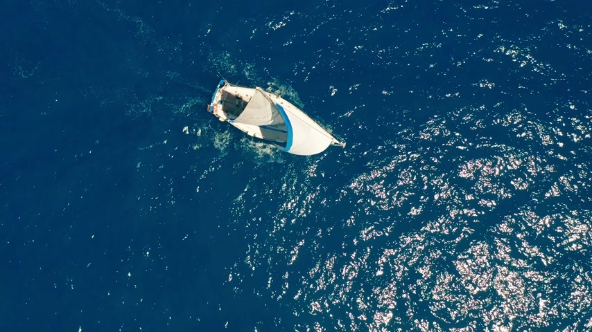 マスト : Aerial view. Yacht sailing on open sea at sunny day. Sailing boat.