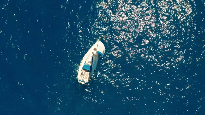 navigovat : Sailboat in the ocean. White sailing yacht in the middle of the boundless ocean. Aerial view. Dostupné videozáznamy