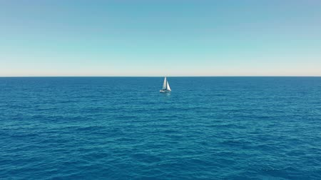 aventura : Sailboat in the ocean. White sailing yacht in the middle of the boundless ocean. Aerial view. Vídeos