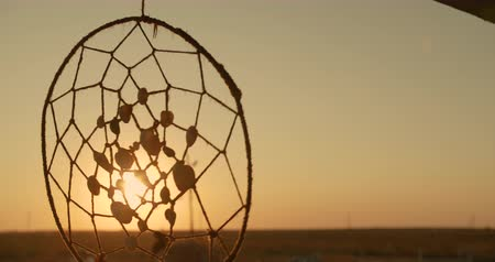 hippie : Native American dreamcatcher opknoping in de wind bij zonsondergang.