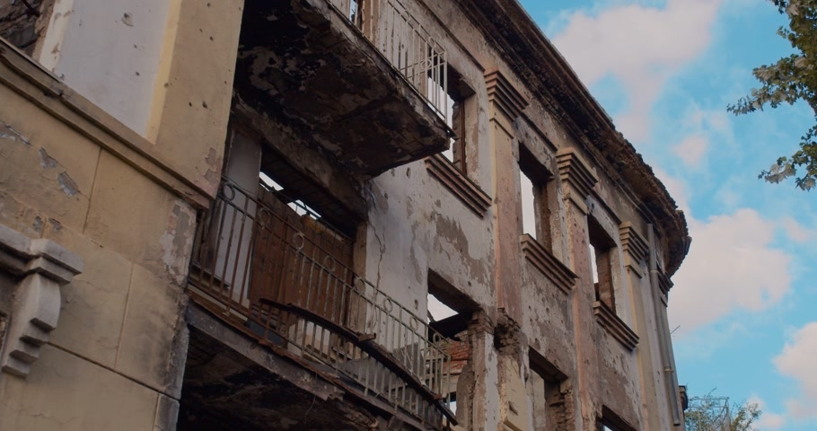 puin : The destroyed building after the war. Close up. Stockvideo