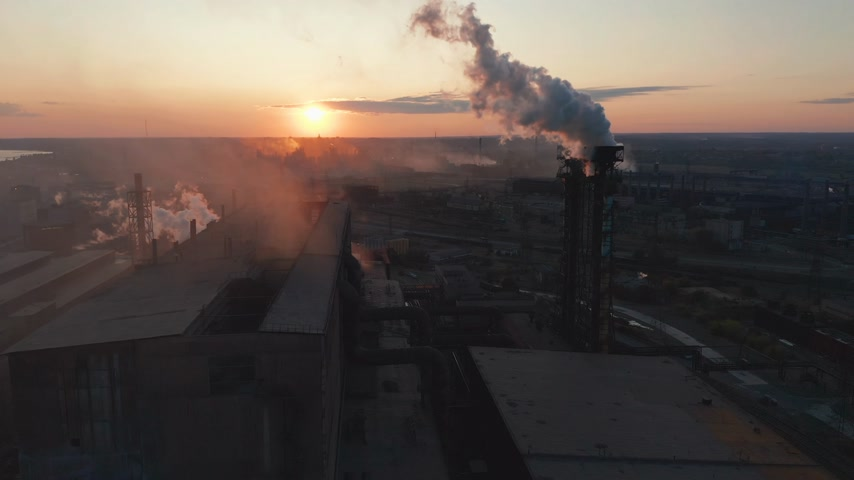 raffinerie : Aerial view. Industry Pipes Pollute the Atmosphere With Smoke.