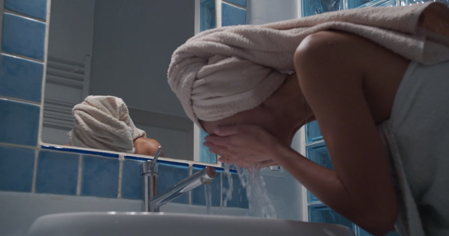 nedvesség : Beauty woman wash her face in the morning and smiling on the mirorr.
