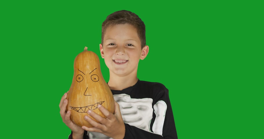 ürpertici : Little boy wearing costume with a pumkin smiling for Halloween party against chroma key green screen background.