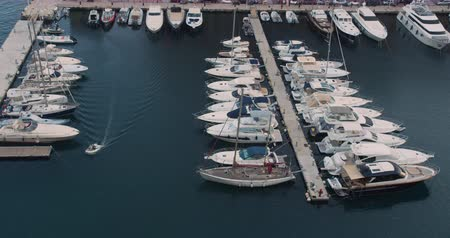 szél : Pier sailboats. Yachts and sailboat is moored at the quay. Top view above the harbor.