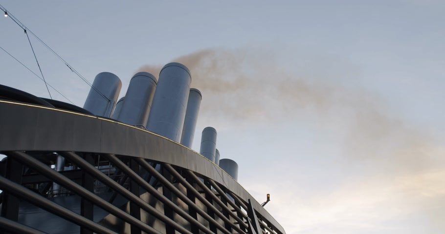 huni : Exhaust smoke of a huge ocean giong cruise ship.