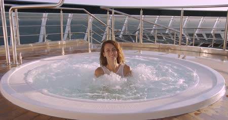 tubérculo : Woman relaxing in hot tub whirlpool jacuzzi outdoor at luxury resort .