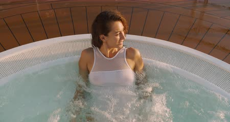 tubérculo : Young woman in Jacuzzi. Spa treatments.