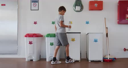 separado : Boy throws a plastic bottle into the right trash can. Recycling plastic, proper sorting of garbage. Vídeos