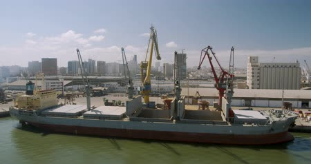 tahıllar : CASABLANCA, MOROCCO - October 15, 2019: Loading a cargo ship at the seaport. Port with large ships and cranes, timelapse.