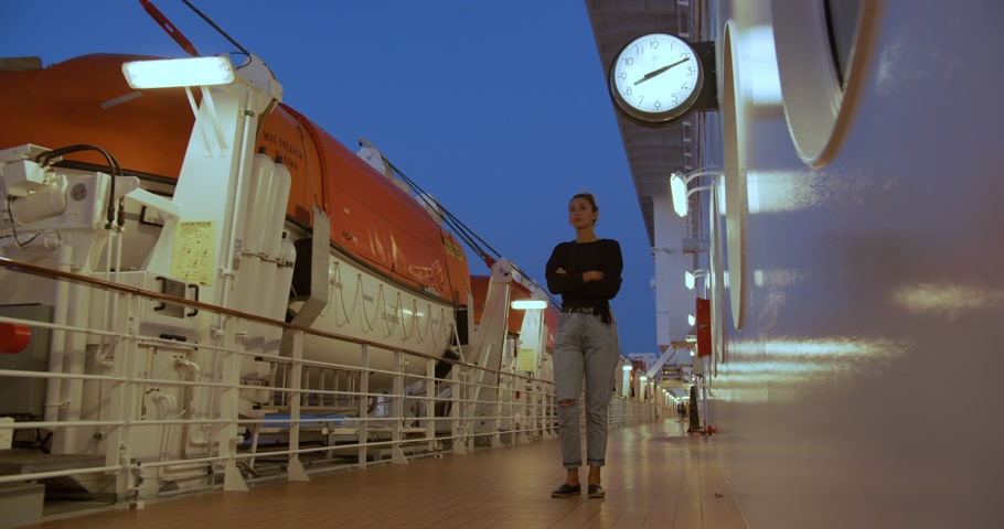 személyszállító hajó : A girl is waiting for a meeting on the deck of a cruise ship under the clock.