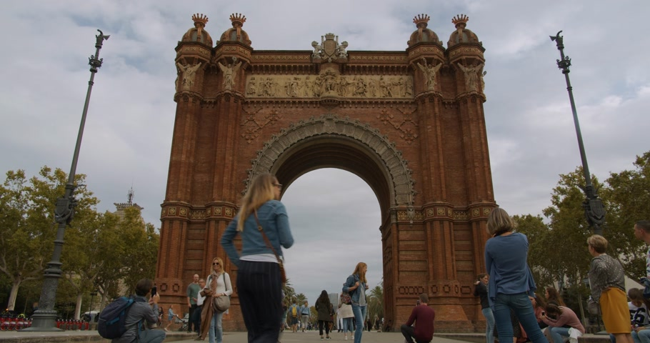brique : Barcelona, Spain - October 15, 2019: Triumf Arch in Barcelona, Spain. Timelapse.