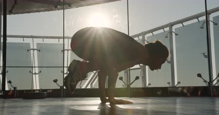 pozisyon : girl at dawn performs yoga asana. Stok Video
