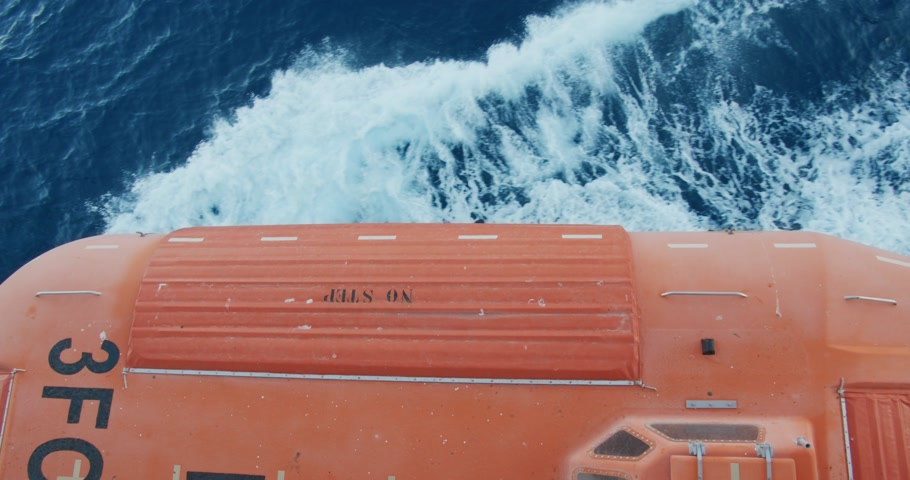 sós : Lifeboats on deck of cruise liner with view on sea.