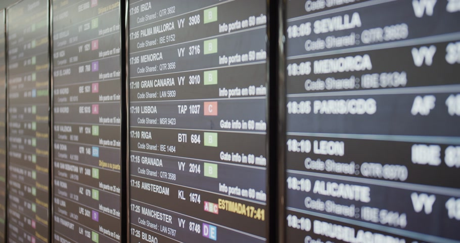 očekával : Board of an airport departure board with flight, destination, time and decoding text. Dostupné videozáznamy