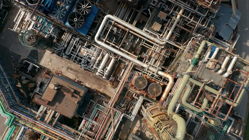 durgunluk : Aerial top down view over oil refinery or chemical factory. Stok Video
