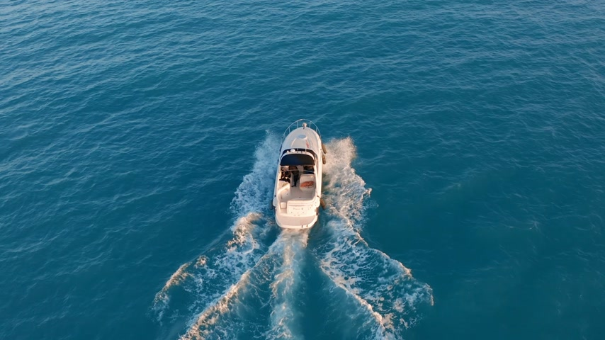 rennboot : Aerial view. Motor boat sailing in blue sea. Luxury yacht racing deep water. Travel holiday on white yacht. Videos