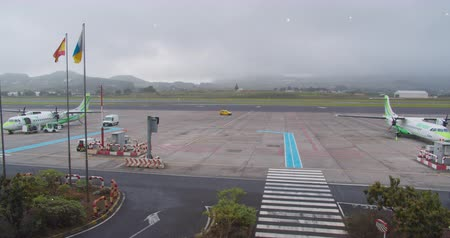 kanári : FEBRUARY 15th, 2020 - TENERIFE, CANARY ISLANDS, SPAIN: Timelapse of the on-site handling of an airplane at the airport. Airport service.