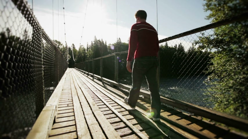 pomost : Young Adult Walking on a Hanging Bridge