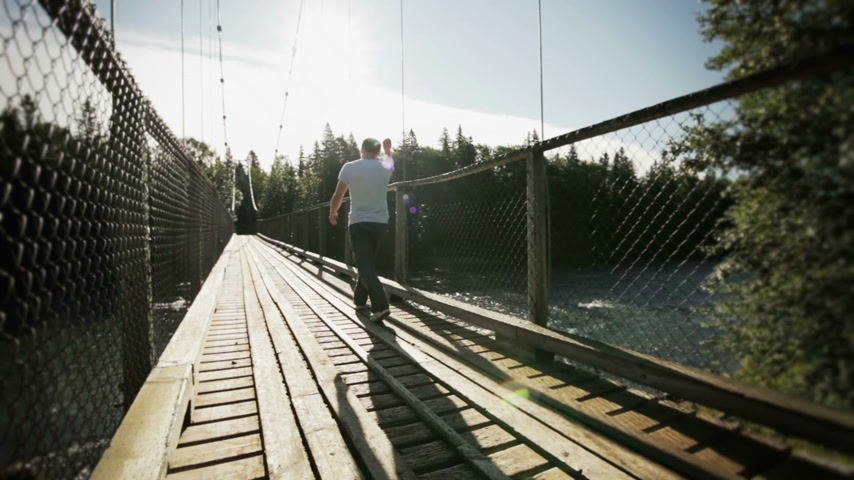 zábradlí : Young Adult Walking on a Hanging Bridge