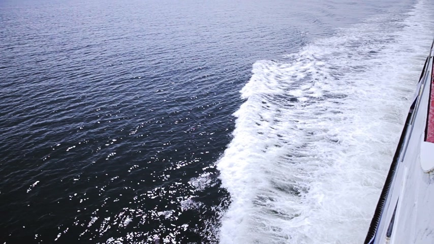 diretamente : High Angle of View of the Sea From a Big Boat Traveling Stock Footage